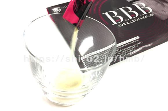 グラスに入ったBBBとパッケージの画像