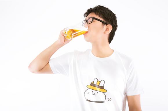 ビールを飲む人