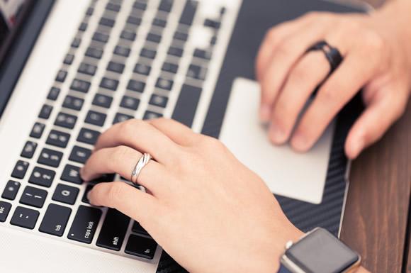 ブログを書いている男性