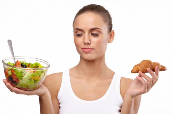糖質の多い食べ物と少ない食べ物で悩む女性